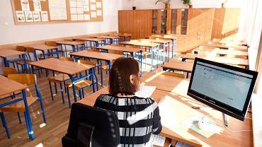Nauczycielka podczas zdalnej lekcji w olsztyńskiej szkole podstawowej.