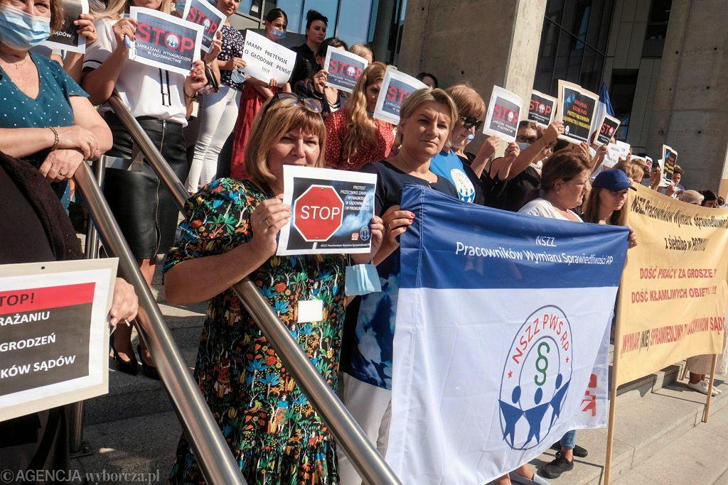 Poznań, 8 września. Protest pracowników sądu okręgowego przeciwko zamrożeniu płac