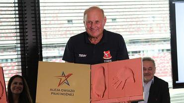 Jan Tomaszewski prezentuje swoją tablicę przyszłej Alei Gwiazd Piłki Nożnej