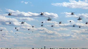 Rosyjskie śmigłowce podczas zmasowanego desantu