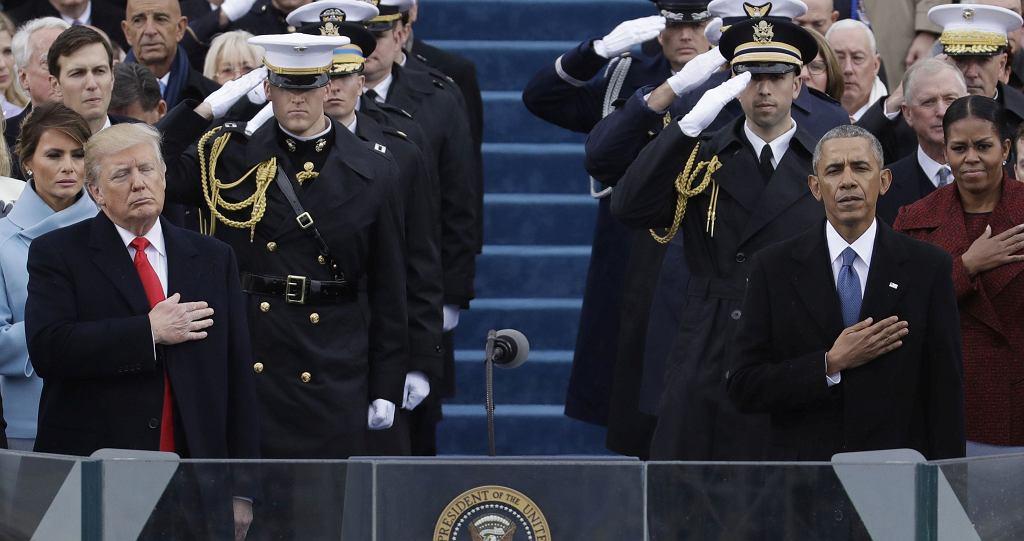 Trumpowie po lewej, Obamowie po prawej