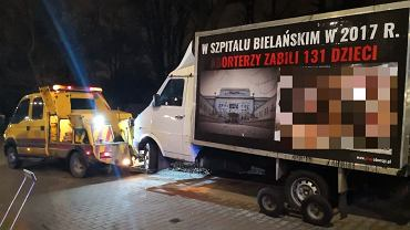 Furgonetka antyaborcyjna odholowana sprzed Szpitala Bielańskiego