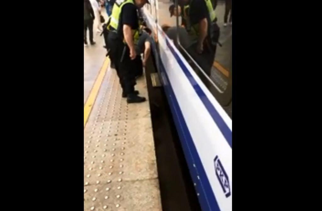 Co się dzieje, gdy torba wpadnie między pociąg a tory?
