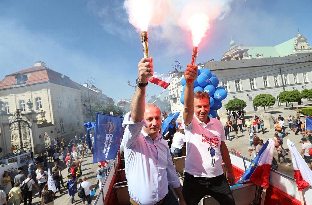 Posłowie PO Sławomir Neumann i Andrzej Halicki podczas Marszu Wolności