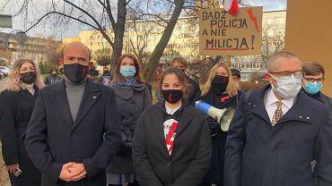 Strajk Kobiet. 19-letnia Wiktoria Bartosiewicz (w środku) została wezwana na policję