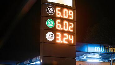 """Ceny paliw. Kierowcy zapinajcie pasy. """"Wysoka szóstka zbliżająca się do siódemki"""""""