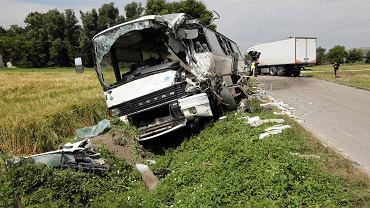 Wywła (gm. Słupia Jędrzejowska). Autobus zderzył się z samochodem dostawczym