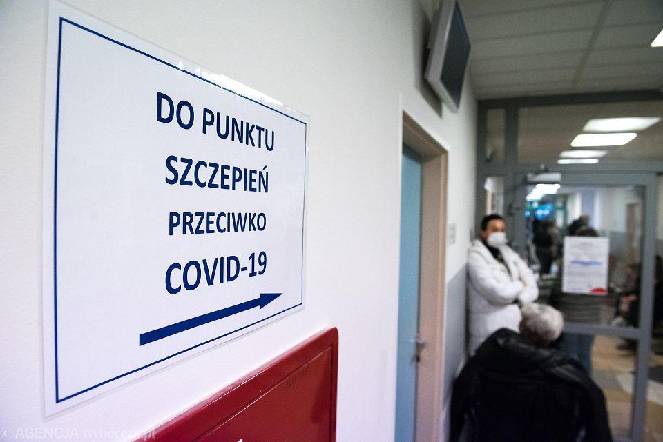 Szczepienia przeciw COVID-19. Osoby z grupy 'zero' czekają na wolne terminy