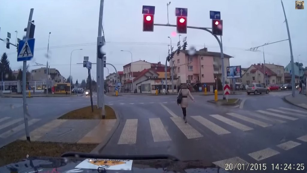 Kobieta spaceruje po ulicy w Lublinie