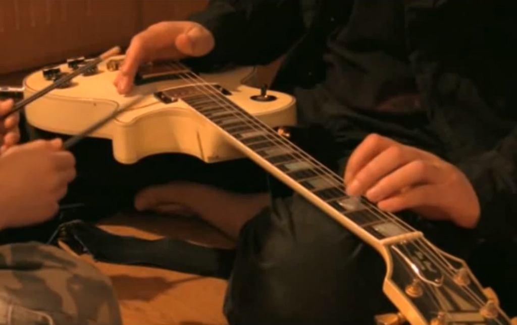 Granie ołówkami na gitarze