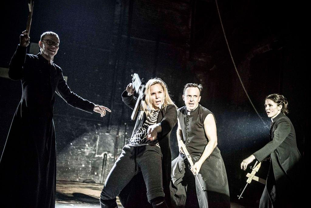 Spektakl 'Klątwa' wystawiony przez Teatr Powszechny / Zdjęcia ze spektaklu 'Klątwa' w Teatrze Powszechnym. Fot. Magda Hueckel