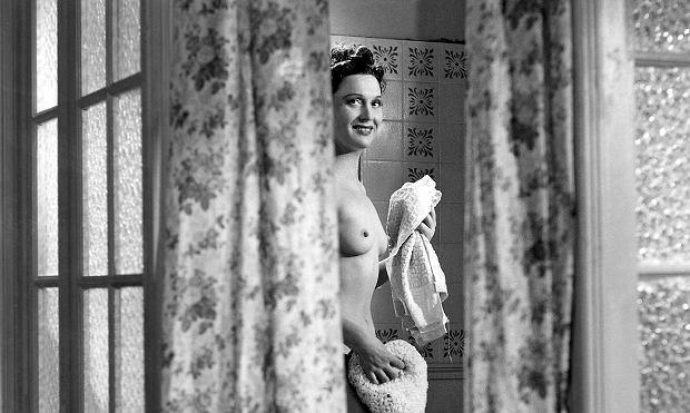 Choć liczyła sobie wtedy 40 lat, nie miała żadnych oporów przed rozbieraniem się. Wielką gąbkę pewnie trochę zawstydzony reżyser Marcel Carné podał jej tuż przed rozpoczęciem ujęcia. Z aktów Arletty, które namalowało wielu sławnych malarzy, dałoby się złożyć świetną wystawę.