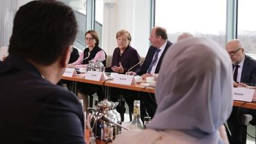 Szef MSW Niemiec Horst Seehofer w podczas spotkania z przedstawicielami organizacji migrantów, nie podał ręki kanclerz Angeli Merkel. Z obawy przed koronawirusem
