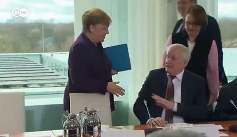 Niemiecki minister nie podał ręki Angeli Merkel