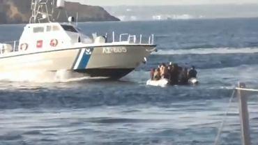 Grecka straż przybrzeżna blokuje ponton uchodźców i migrantów