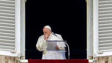 Przeziębiony Papież Franciszek kaszle w trakcie modlitwy na Placu Św. Piotra w Watykanie, Niedziela, 1 Marca 2020.