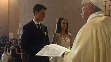 Papież Franciszek udziela ślubu