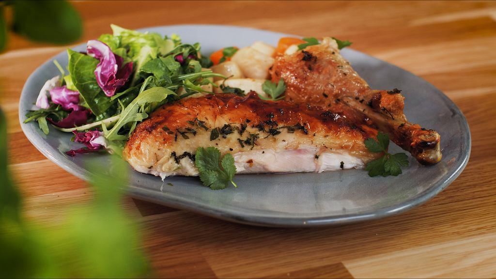 Kurczak w maśle ziołowym pieczony na warzywach korzeniowych