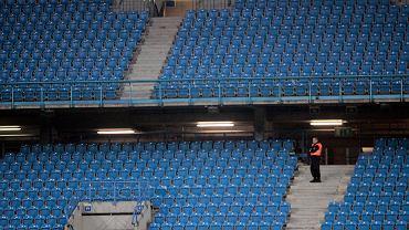 Tak wyglądać będą w Polsce w najbliższym czasie trybuny stadionów i hal. Przyczyną koronawirus