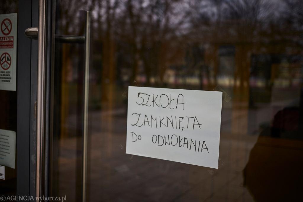 11 marca M. Morawiecki poinformował o zamknięciu szkół. Rodzice dzieci poniżej 8 roku życia z powodu epidemii koronawirusa mogą ubiegać się o zasiłek opiekuńczy.