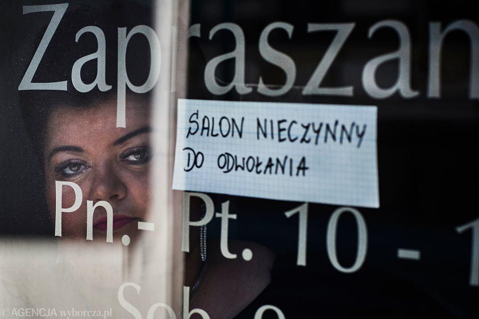 Pandemia koronawirusa. Nieczynny salon fryzjerski 'Wicherek' w Łodzi, 25 marca 2020
