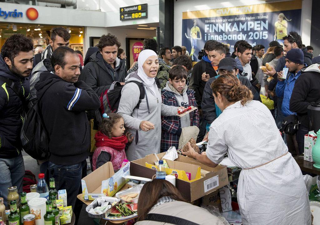 Wolontariusze rozdają jedzenie i picie imigrantom, który właśnie przybyli do Szwecji (fot. TT News Agency / Reuters)