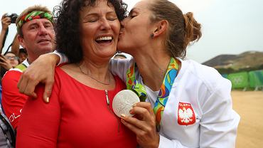 Maja Włoszczowska z mamą tuż po ceremonii medalowej