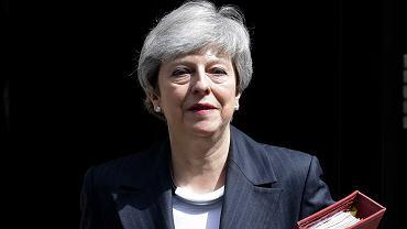 Premier Theresa May opuszcza siedzibę rządu przy Downing Street, by udać się na posiedzenie Izby Gmin. Londyn, 22 maja 2019 r.