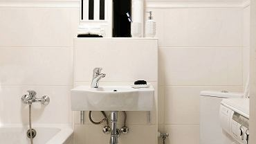 <B>Ciasna łazienka nie musi dzisiaj oznaczać niefunkcjonalnego pomieszczenia, w którym trudno zmieścić niezbędne urządzenia sanitarne i niewygodnie z nich korzystać. Nie wierzycie? To obejrzyjcie te dwa wnętrza.</B> <BR />W tej mikroskopijnej łazience  udało się zmieścić nie tylko wszystkie niezbędne urządzenia, ale także i pralkę. A to dzięki temu, że sedes został zainstalowany w narożniku. Jego skośne ustawienie nie przeszkadza w wygodnym z niego korzystaniu.