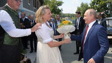Władimir Putin składa ślubne życzenia austriackiej minister spraw zagranicznych Karin Kneissl. Gamlitz w Austrii, 18 sierpnia 2018 r.