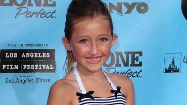 Czy 17-letnia dziewczyna naprawdę potrzebuje chirurgii plastycznej, żeby ładnie wyglądać? Noah Cyrus, młodsza siostra Miley, najwyraźniej uważa, że tak. Lekarze nie mają wątpliwości: poprawiała urodę. Rezultat jednak nie jest najlepszy. Te zdjęcia to przygnębiający widok: dlaczego ona to sobie zrobiła?