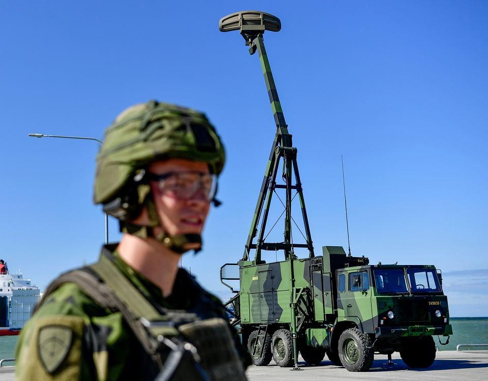 Gotlandia, prezentacja ciężarówki wyposażonej w radar o zasięgu ponad 400 km,  centrum kierowania ogniem baterii rakiet przeciwlotniczych BAMSE. Wyrzutnia mieszcząca sześć pocisków krótkiego zasięgu znajduje się na holowanej przyczepie.