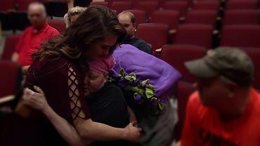 Elaine i Madison po występie chóru