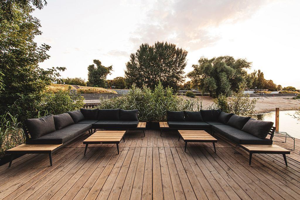 Komfortowy zestaw wypoczynkowy Zoe - sofa narożna i stolik Miloo Garden