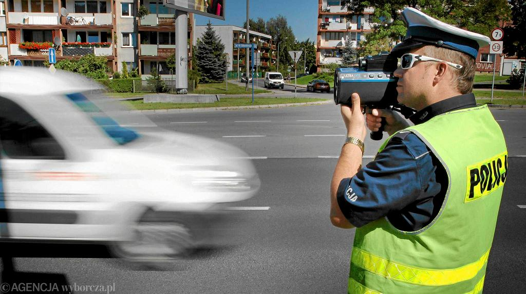 Mierzenie prędkości przez policjantów