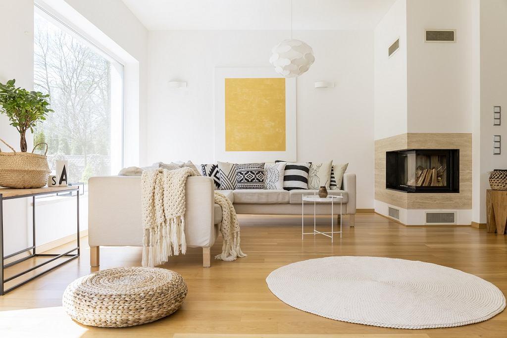 Aranżacja salonu w skandynawskim stylu - przestronne wnetrza - duża jasna przestrzeń