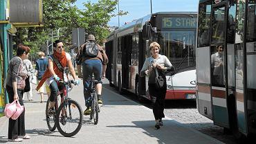 rowerzyści na chodniku