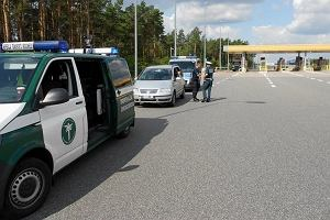 Zatrzymano auto jadące zygzakiem po autostradzie. W środku pijany, z butelką wódki na siedzeniu i z zakazem prowadzenia pojazdów kierowca