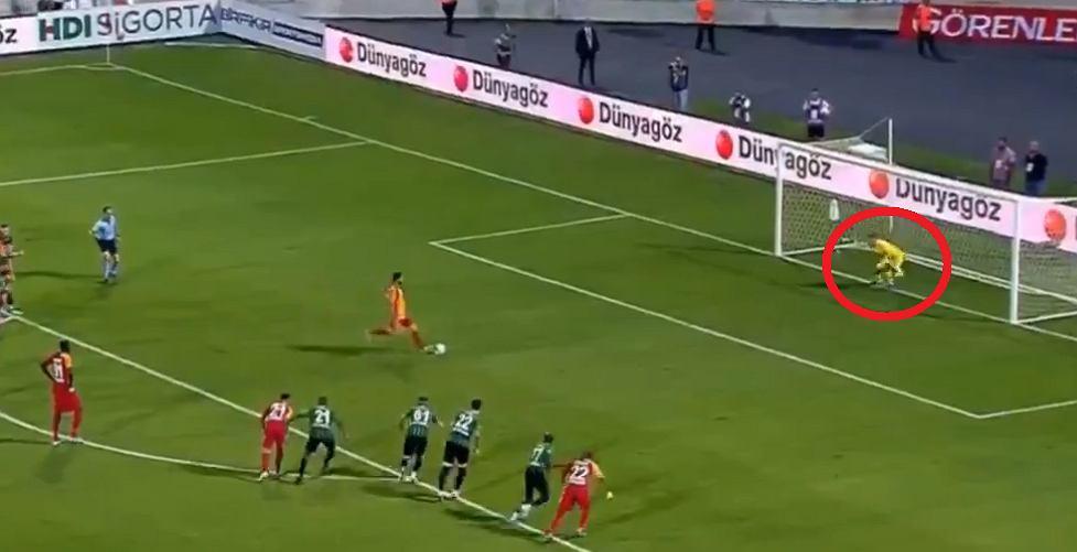 Adam Stachowiak broni rzut karny w meczu z Galatasaray