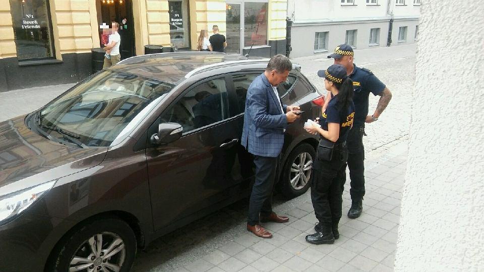 20.08.2019, Kielce, ul. Leśna. Straż miejska kontroluje nieprawidłowo zaparkowany samochód radnego Jarosława Karysia