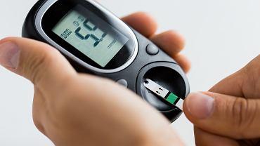 Do samodzielnego pomiaru stężenia glukozy we krwi niezbędny jest glukometr