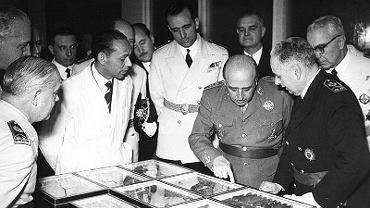 Generał Franco podczas wizytacji