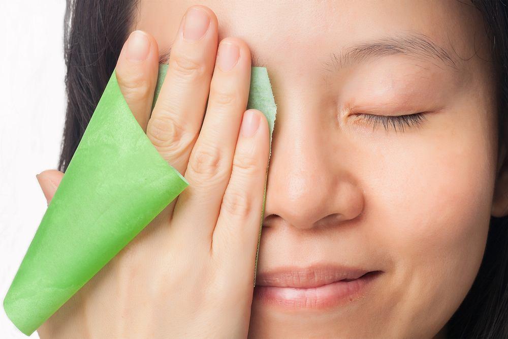 Cera tłusta bardzo się błyszczy. Sposobem na jej zmatowienie może być używanie płatków lub chusteczek absorbujące nadmiar sebum
