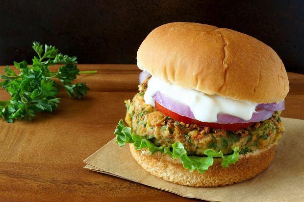 Po burgery i ciepłe kanapki sięga na urlopach tylko 8,2 proc. Polaków