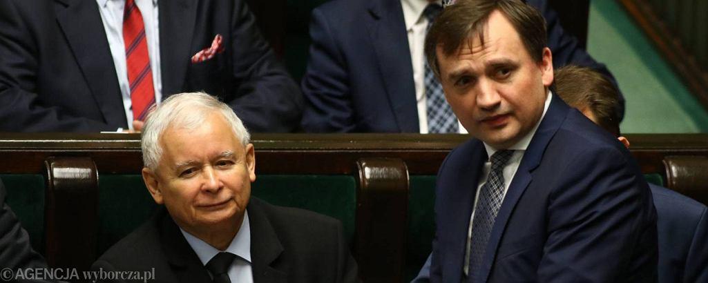 Minister sprawiedliwości w rządzie PiS Zbigniew Ziobro i jego mocodawca, prezes partii Jarosław kaczyński
