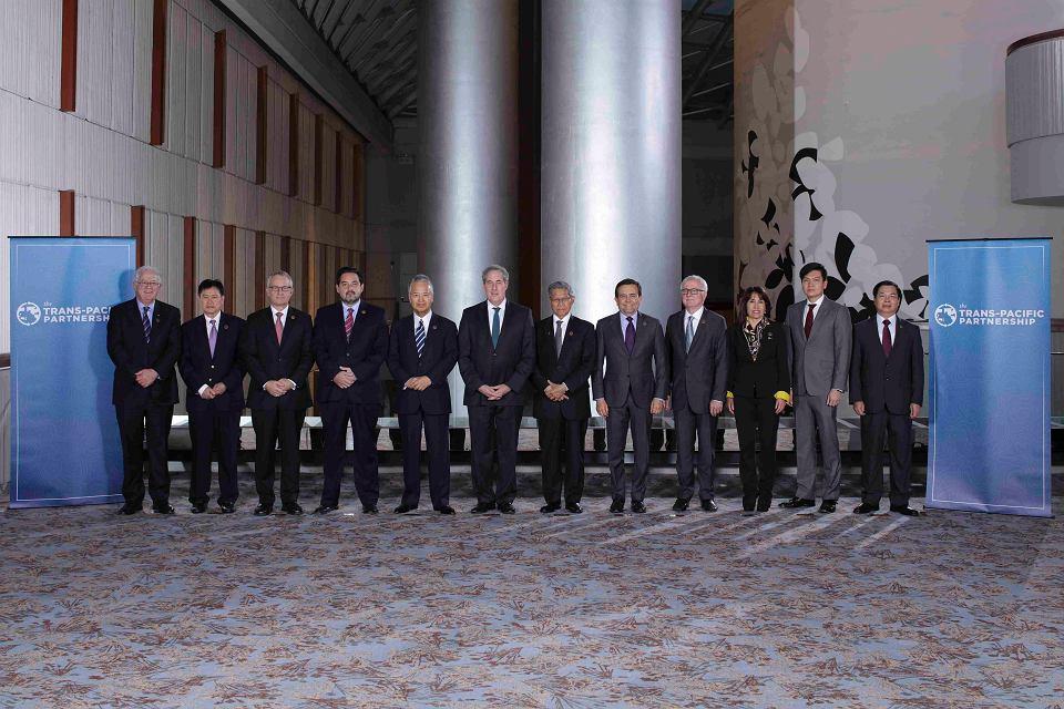 Przedstawiciele państw-sygnatariuszy układu transpacyficznego (TTP) pozują do zdjęcia po podpisaniu porozumienia w Atlancie
