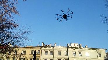 Prezentacja drona koło magistratu