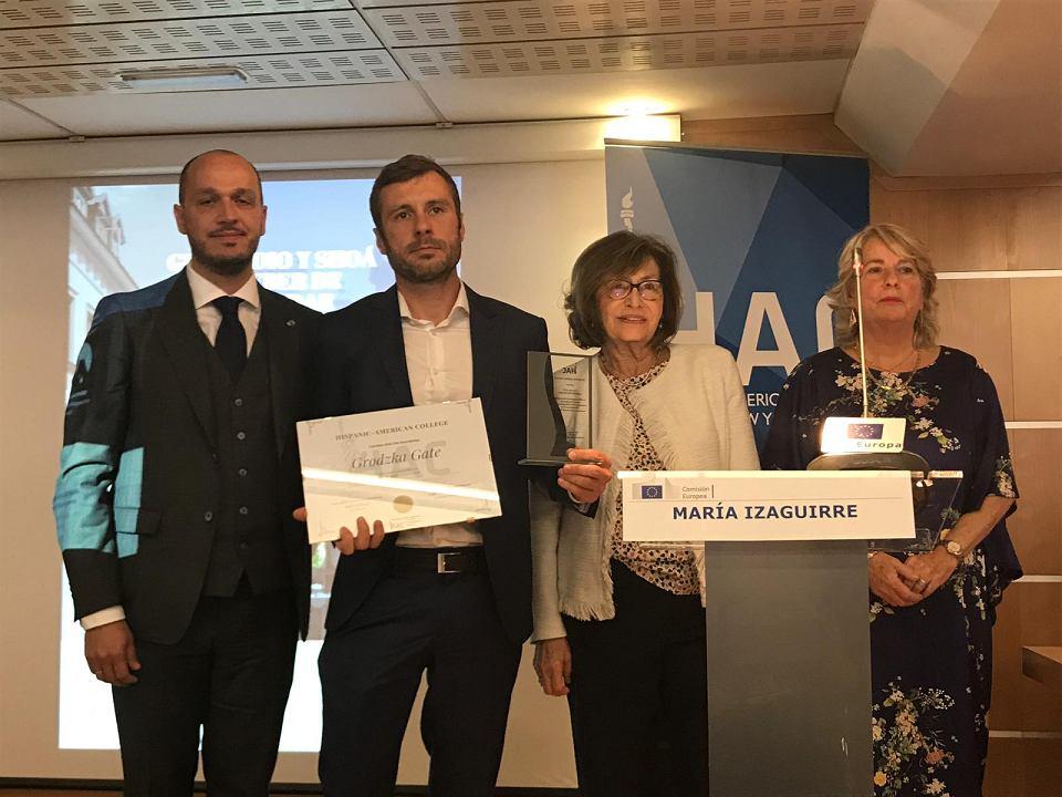 Tadeusz Przystojecki odbiera Nagrodę Zgody dla Bramy Grodzkiej