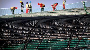 Robotnicy podczas budowy zadaszenia stadionu w Zabrzu (wrzesień 2014 r.)