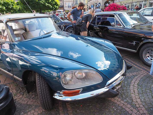 Zdjęcie numer 19 w galerii - Międzynarodowy rajd zabytkowych pojazdów na Rynku w Wałbrzychu. Było co podziwiać [ZDJĘCIA]